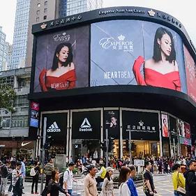 Pantalla Publicitaria LED Avenida Praia Grande en Macao. Ejemplo de digital Signage LED para exteriores