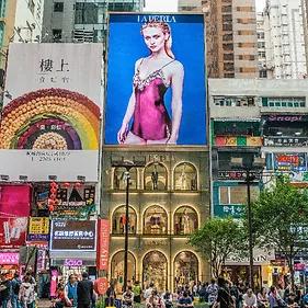 Pantalla Publicitaria LED de la marca La Perla en el Centro Comercial Causeway Bay, en Hong Kong. Ejemplo de digital Signage LED para exteriores